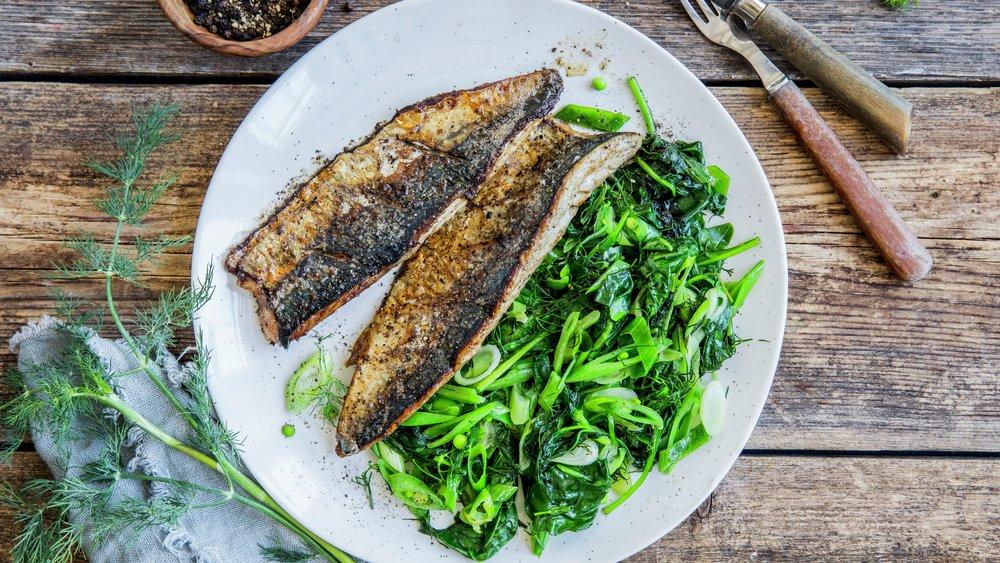 Stekt makrell med spinat og sukkererter