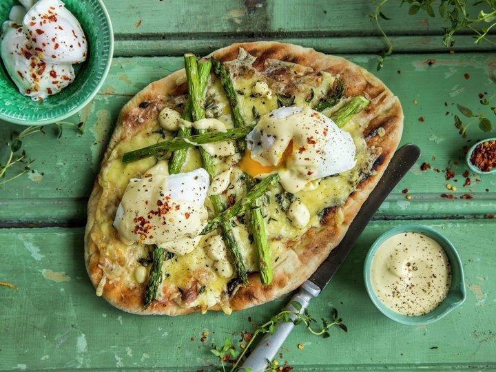 Pizza med posjert egg og asparges