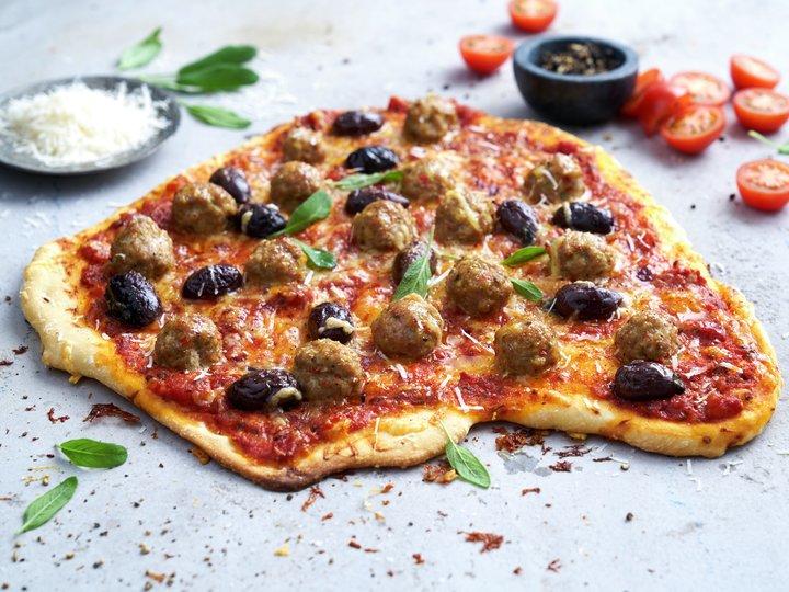 Pizza med kjøttboller og oliven