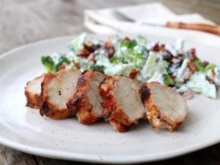 Baconsurra svin med krema brokkolisalat