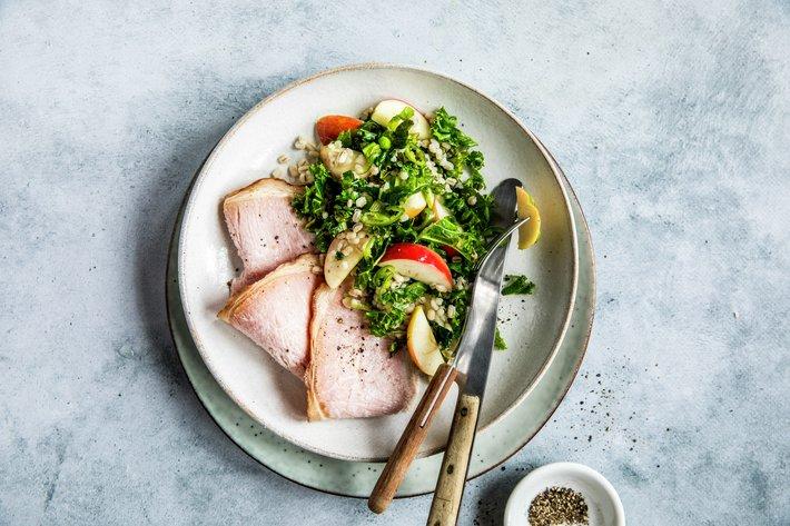 Svinekam med lun grønnkålsalat