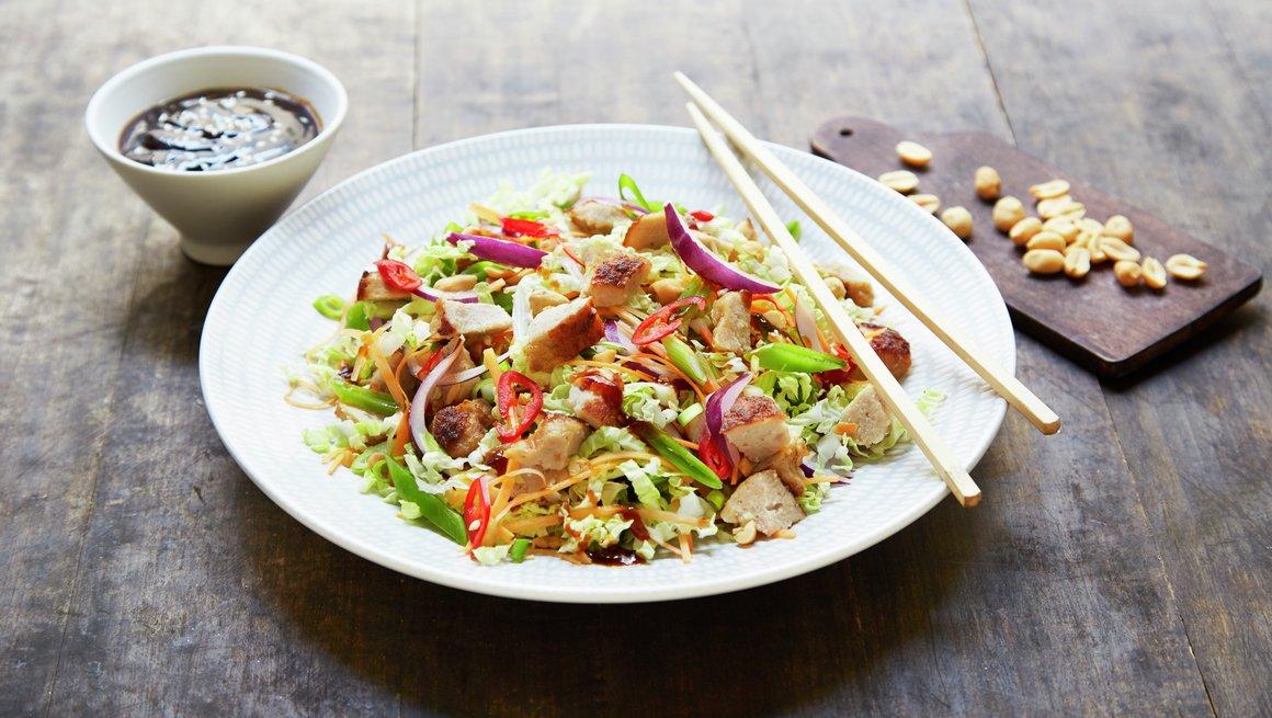 Asiatisk salat med medisterkaker