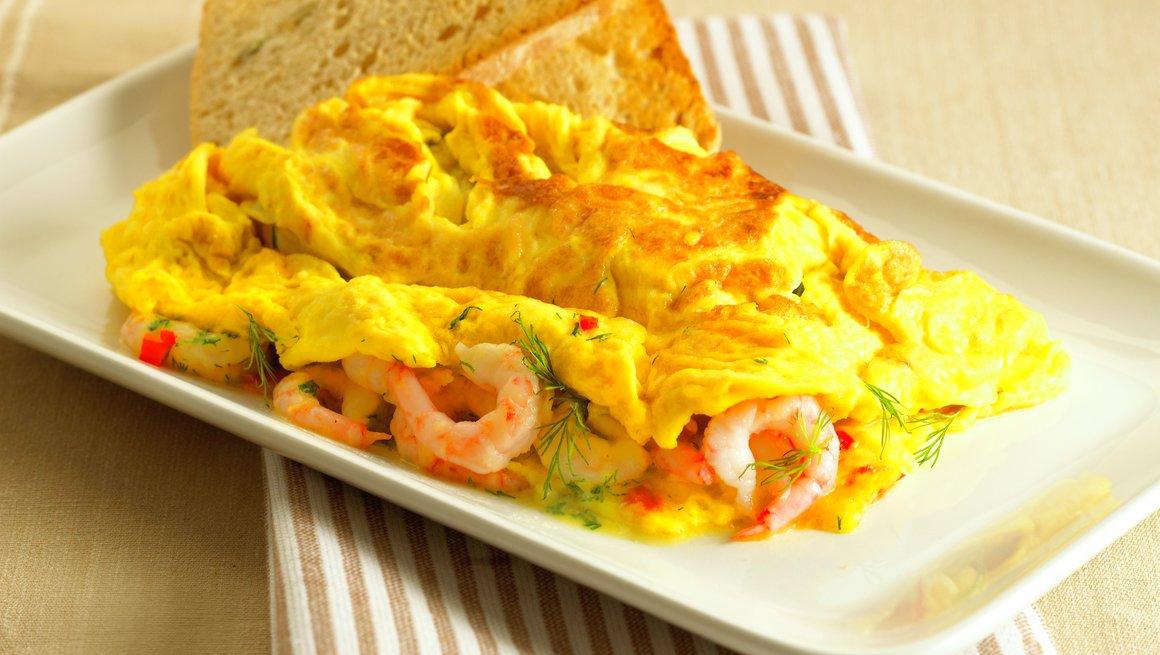 Omelett med reker, dill og chili