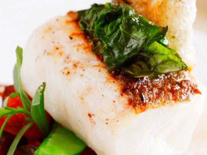 Bakt torsk med sprøtt skinn og burgundersaus