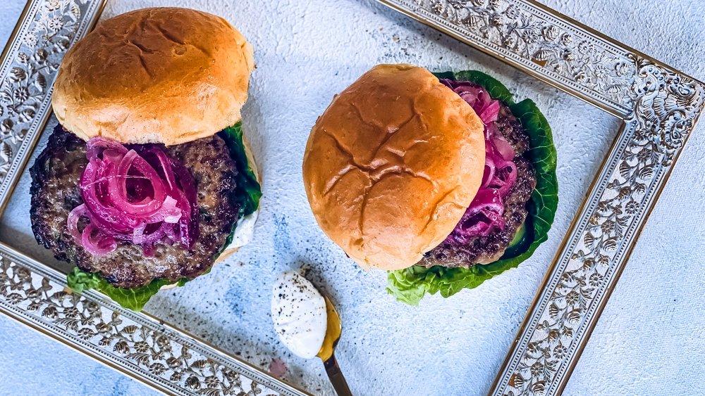 Lammeburger med syltet rødløk