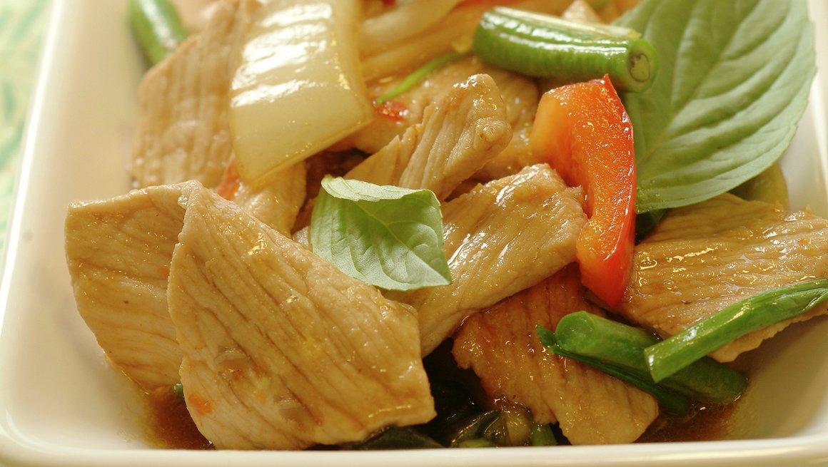 Pad ka pao moo wokstekt svinekjøtt med chili og basilikum