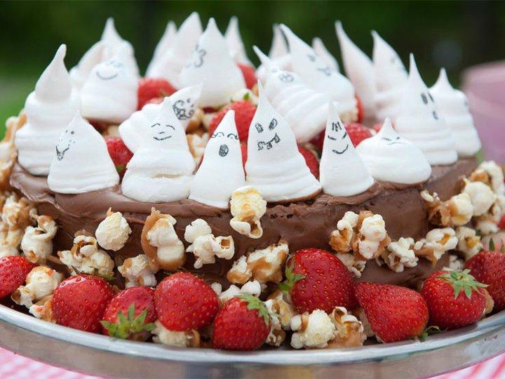 Sjokoladekake med spøkelsemarengser og popkorn