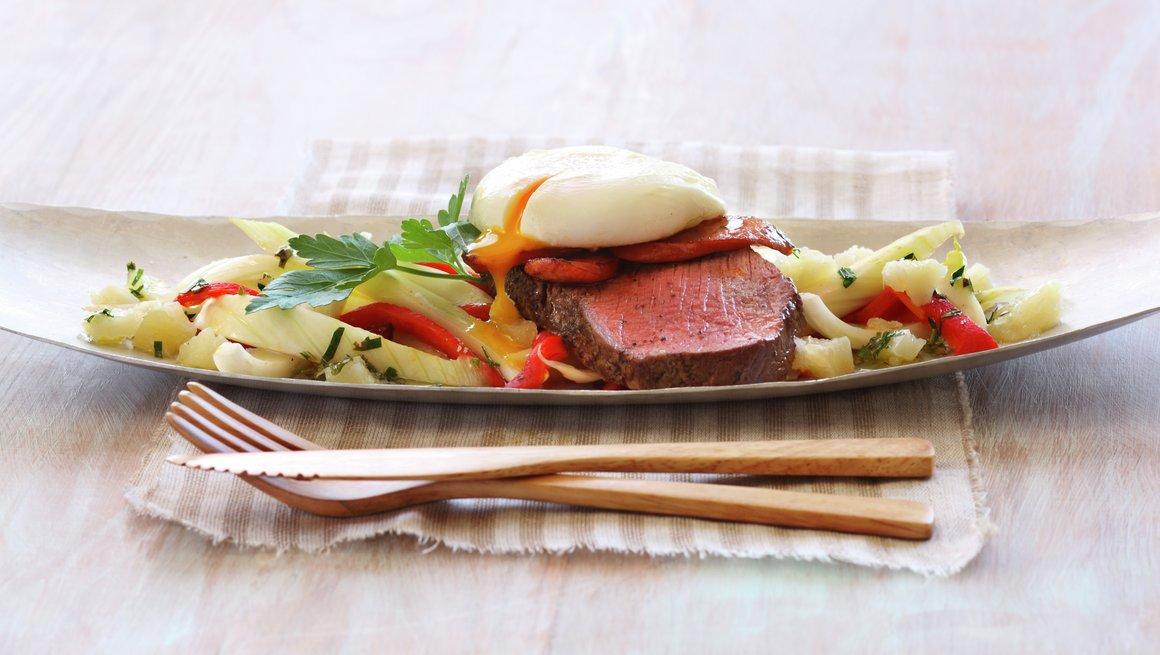 Spansk biffsalat med fennikel og posjert egg.jpg
