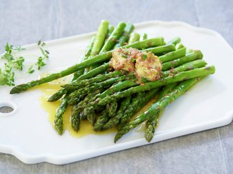 Ovnsbakt asparges med spekeskinkesmør