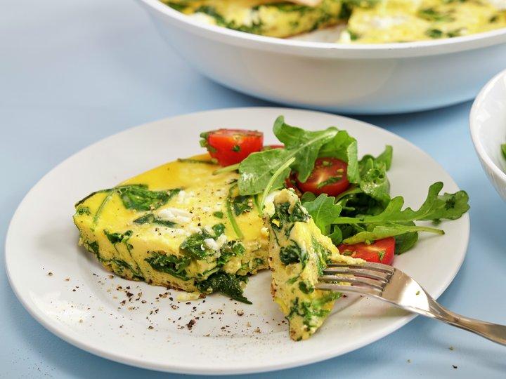 Spinat og fetaost frittata med salat