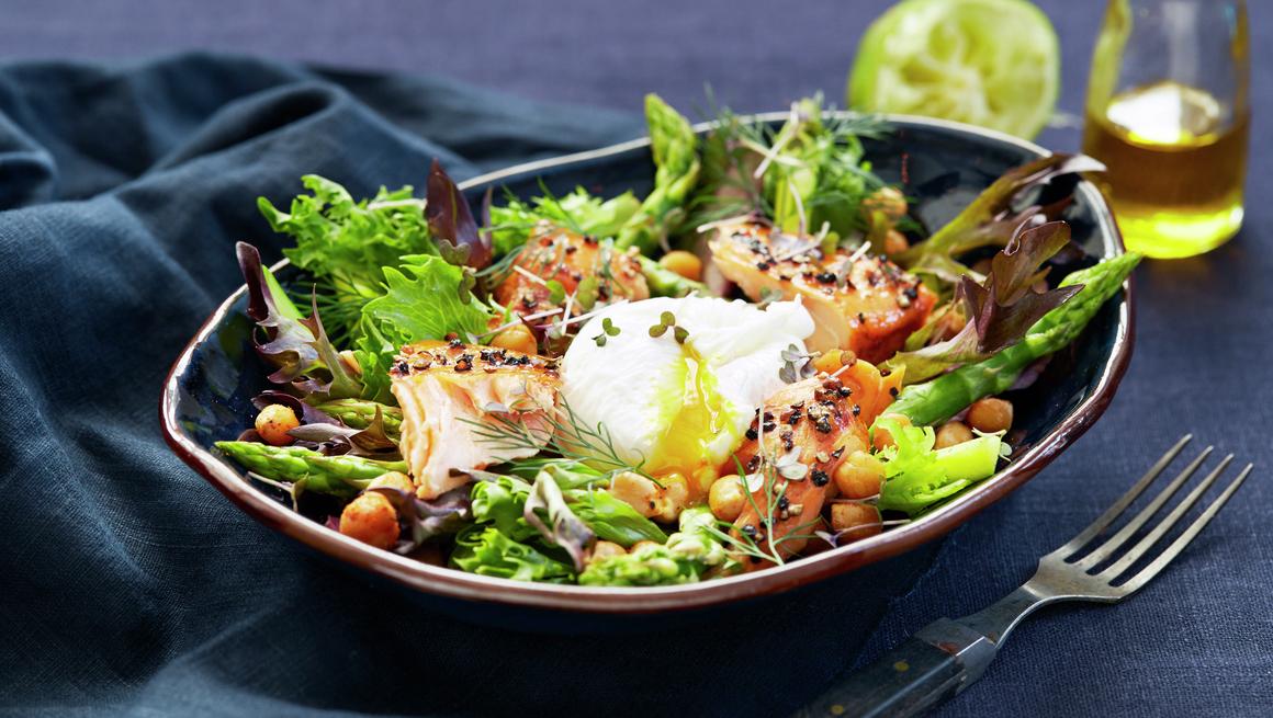 Grønn salat med ovnsbakt røkelaks og egg
