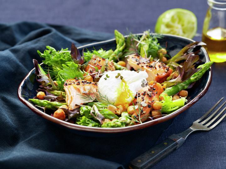 Grønn salat med varmrøkt laks og egg
