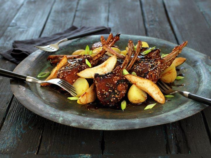 Glasert lammecarré med stekte pærer