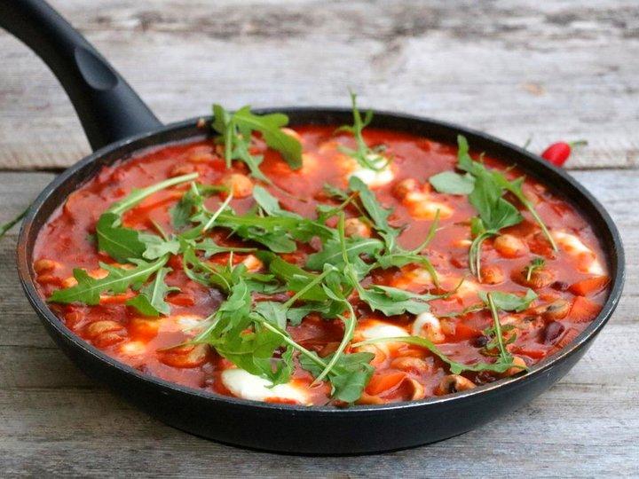 Tomatpanne med bønner og mozzarella