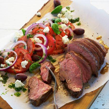 Lam mørbrad med tomatsalat, oliven og feta