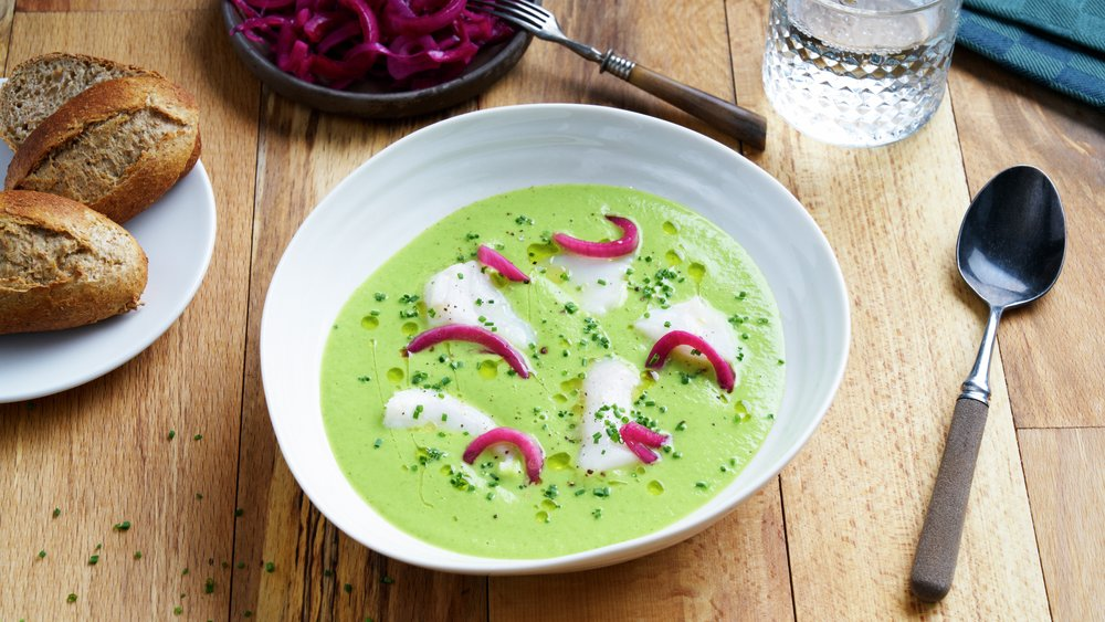 Brokkoli- og ertesuppe med torsk og spinat