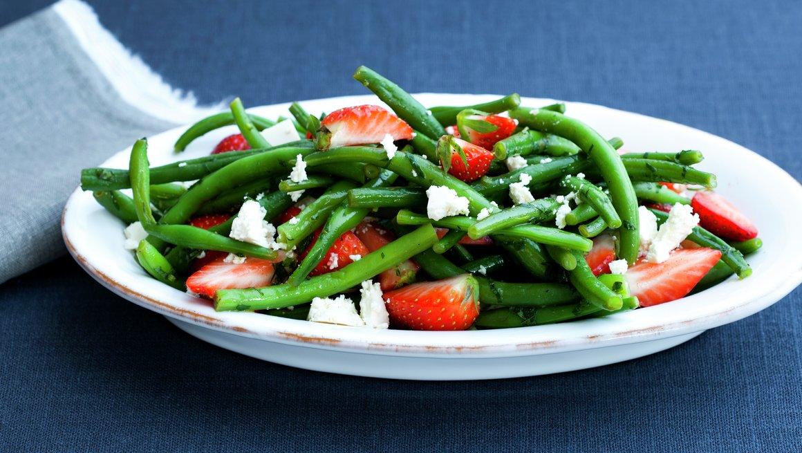 Jordbær- og bønnesalat