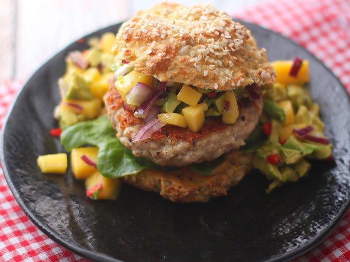 Hjemmelaget kyllingburger med mangosalsa