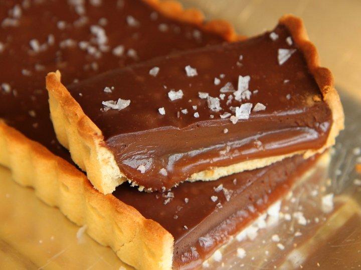 Karamell- og sjokoladeterte med flaksalt