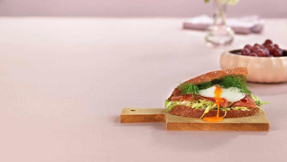 Toppbilde Høy sandwich med posjert egg