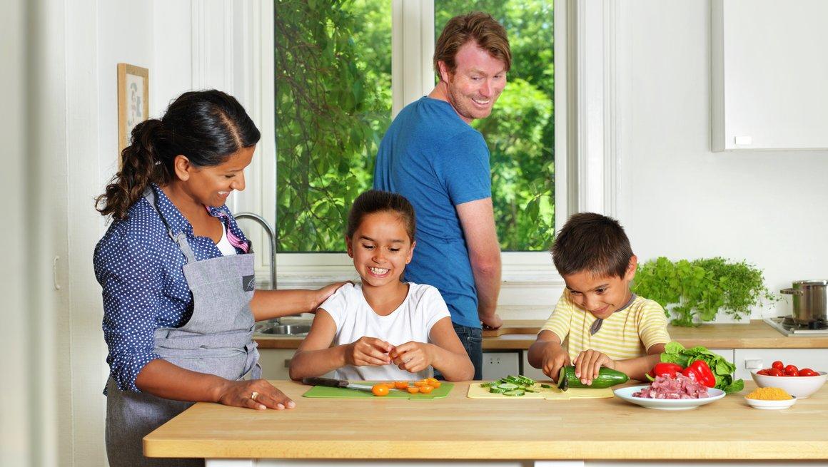 Familie på kjøkken 4