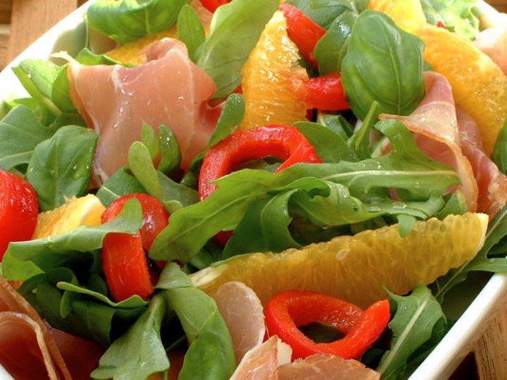 Sommerlig salat med kalkunfilet og yoghurtdressing