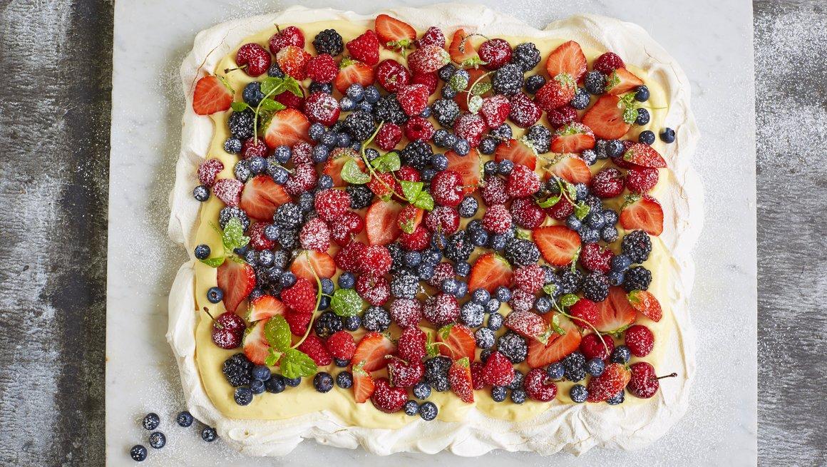 Tradisjonell Pavlova med krem og bær