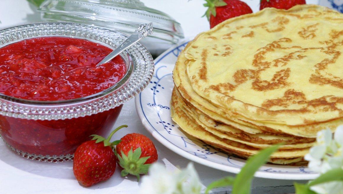 Pannekaker med nyrørte jordbær