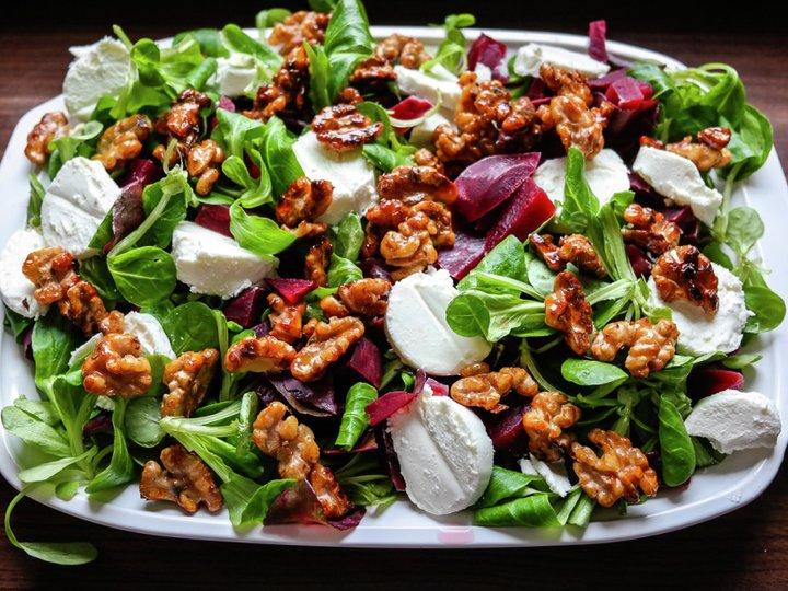 Salat med rødbeter, chevre og karamelliserte valnøtter