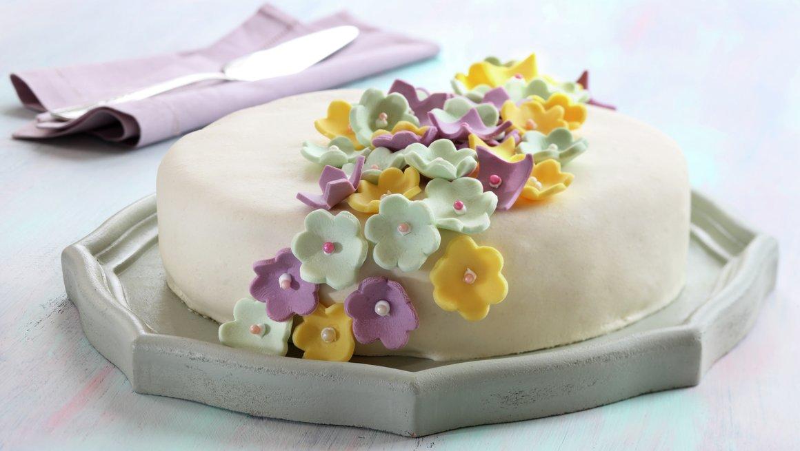 Hvit marsipankake med pasjonsfrukt