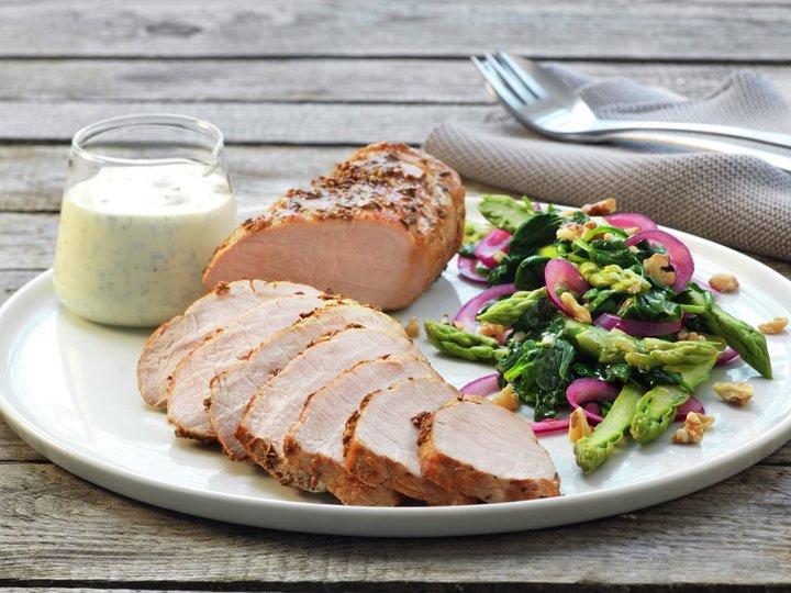 Krydderstekt ytrefilet av svin med spinat- og nøttesalat