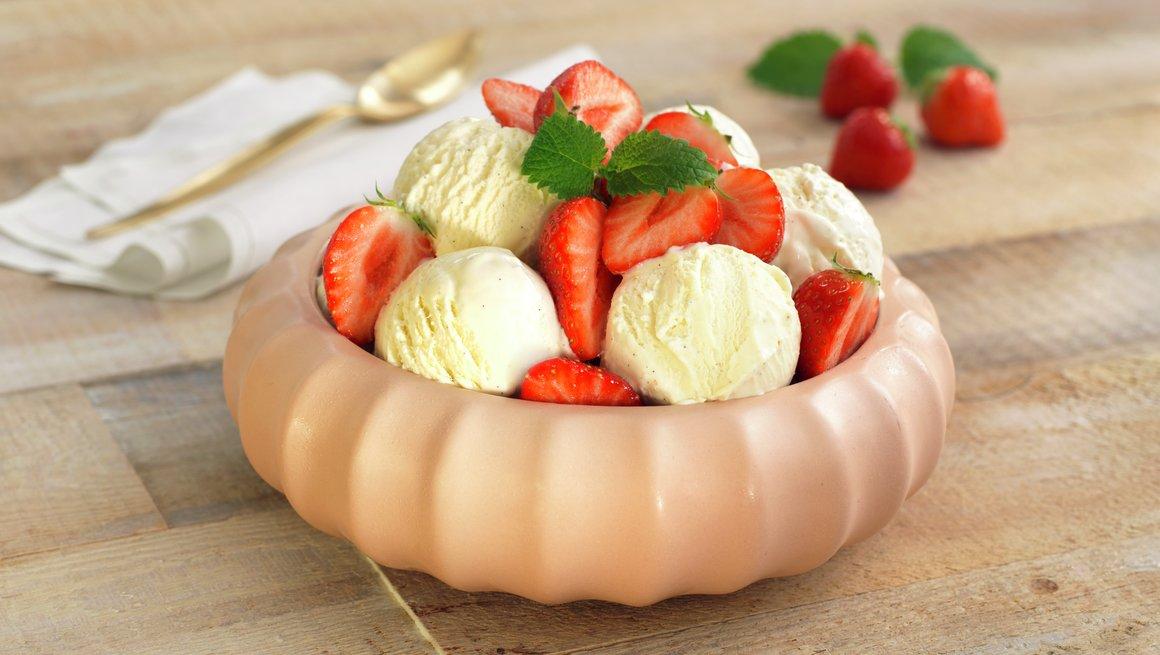 Hjemmelaget vaniljeis med friske jordbær