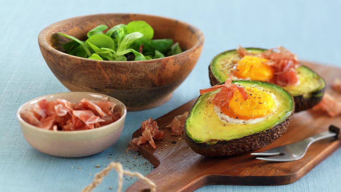 Bakt egg i avokado med spekeskinke