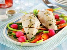 Posjert kyllingfilet med sprø sommergrønnsaker og urtesaus