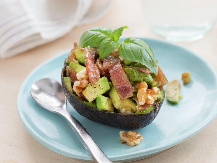 Fylt avokado med spekeskinke og valnøtter