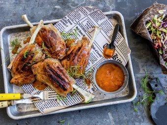 Grillede pigwings med asiatisk kålsalat