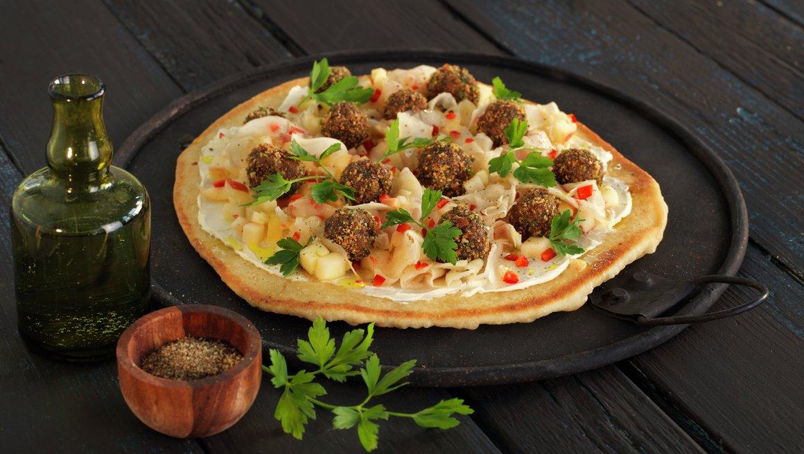 Lefsepizza med kjøttboller, fenikkel og eple