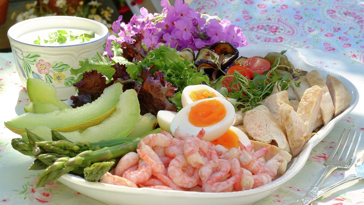 Salatanretning med egg og kylling
