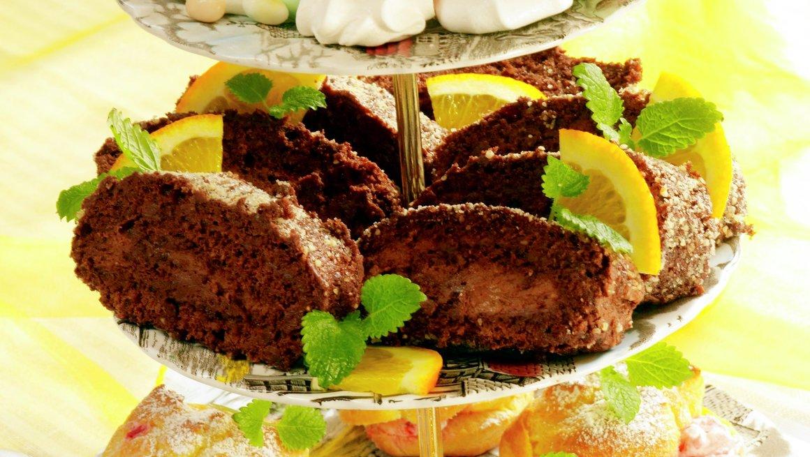 Øverste fat: Pikekyss/Marengs, midterste fat: Sjokoladerullekake med hasselnøtter og espresso, og nederste fat: Vannbakkels med bærkrem.