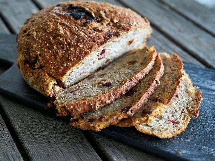 Grovt brød med tranebær og rosiner
