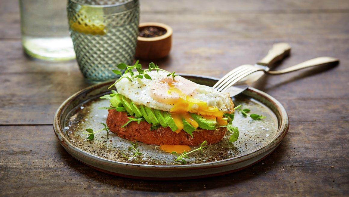 Avokadotoast med sennep og egg