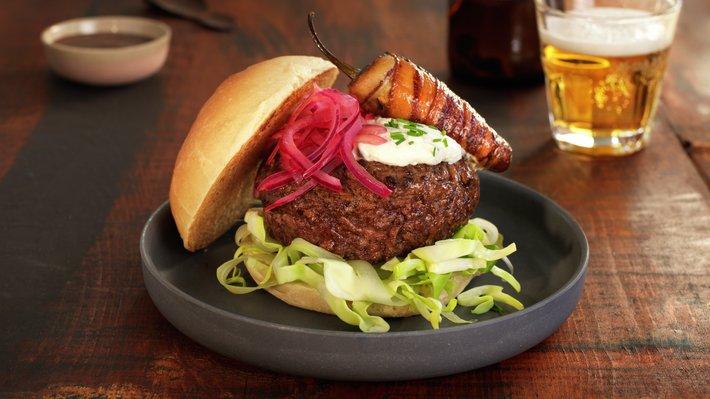 Burger med kålsalat og fylte jalapeños