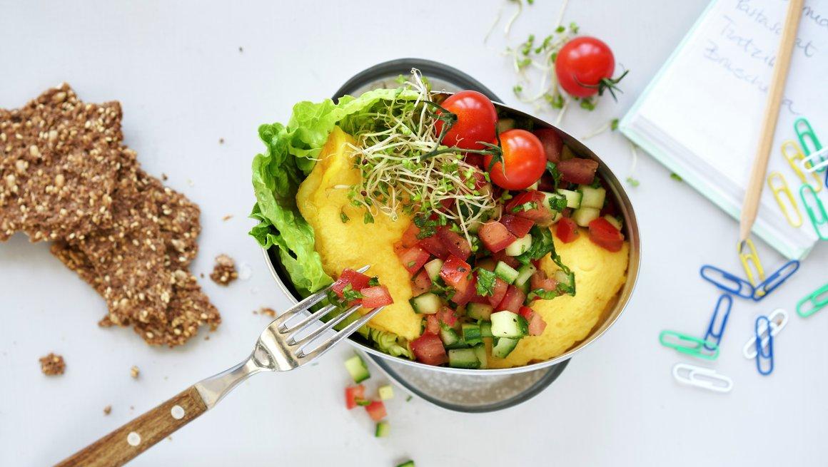 Omelett med ost og tomatsalat