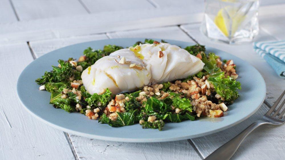 Lettsaltet torsk med grønnkål og byggris