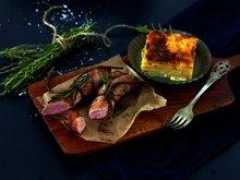 Baconsurret lammefilet med gratinerte rotgrønnsaker