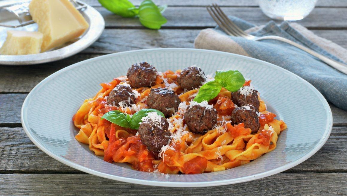 Pasta med tomatsaus og kjøttboller