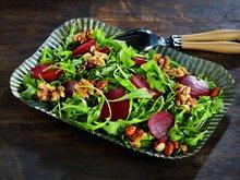 Salat med rødbeter og nøtter i honning
