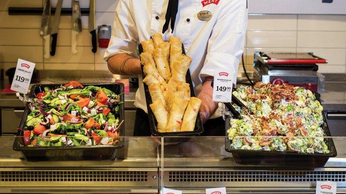 Ferskvaresjef Ståle ved Meny Solsiden viser et utvalg av streetfood