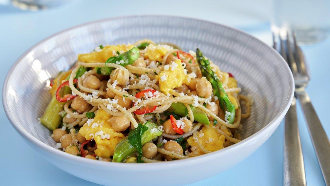 Egg, asparges og fullkorns pastasalat