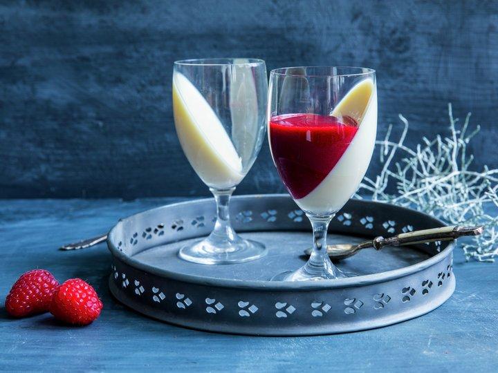 Dessert - Panna cotta med bringebærsaus